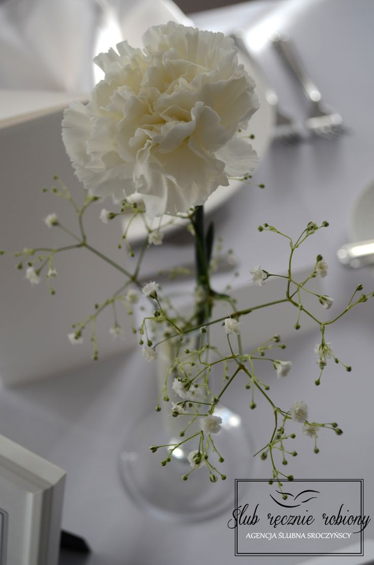 White wedding table decorations, made by Ślub Ręcznie Robiony Wedding Planners. Baby's breath centerpiece, milk, salt, candles. Classical table cards and menu cards. slubrecznierobiony.pl
