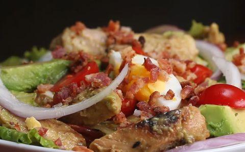 Recetas saludables: Ensalada de pollo, bacon y aguacate