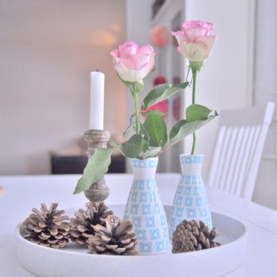 Vackra vaser i lantlig stil. Passar perfekt för små sommarblomster eller narurens vackra kvistar! Finns i sex olika motiv.