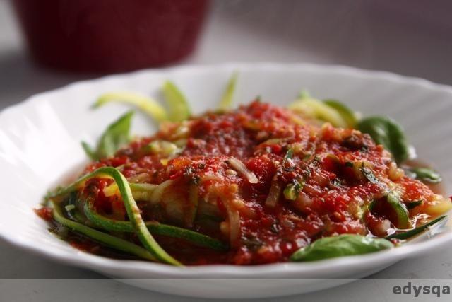 Sphagetti z cukinii z sosem pomidorowym - dieta E. ...
