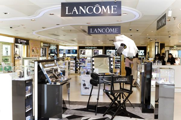 LANCOME make up corner with Cantoni stations. Here you can see our old make up case model (with bulb instead of led lightning). #makeupcase #makeupcorner #lancome