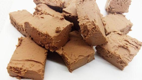 Deze koolhydraatarme chocolade fudge is te lekker! Maar 0.4 khd per stukje. Daar kan je gerust 2 stukje van snoepen! Maken op eigen risico!