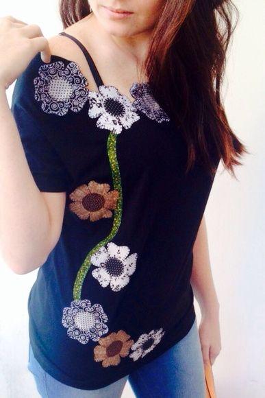 Tshirt+com+Flores+Bordadas.+Consulte+tamanho+e+cores+disponíveis. R$ 45,90