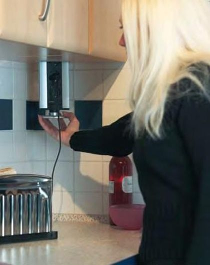 regleta de enchufes en muebles superiores de cocina