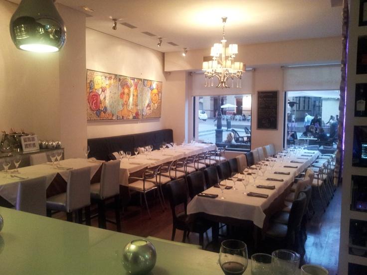 Disponibilidad de grupos hasta 65 personas dentro y 40 en la terraza.  www.restaurantevinomio.com