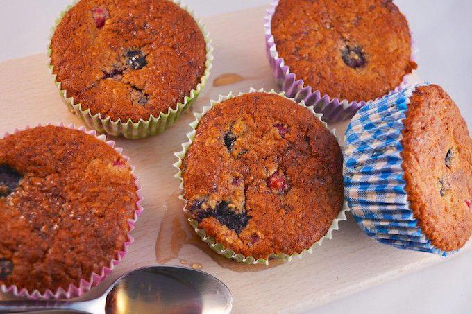 In dit recept laten we zien hoe je zelf ontbijtmuffins met blauwe bessen kunt maken. Super simpel maar o zo lekker voor het ontbijt! Eet smakelijk.