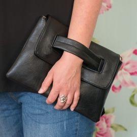 Deze handige en bijzondere clutch kun je dragen door je hand door de lus te steken. Om de tas nog vaker te kunnen gebruiken wordt er ook een schouderriem bijgeleverd.