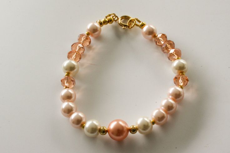 Peach, salmon and ivory pearl bracelet with gold details door Fedaro op Etsy