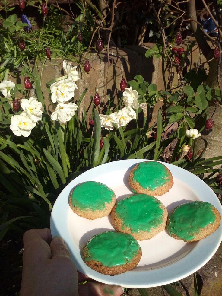 Lente koekjes!   Gemaakt van 100 gram bloem, 200 gram boter en 300 gram suiker. 10 minuten in de oven op 160 graden en ze zijn klaar. De glazuurlaag is poedersuiker met water en kleurstof.