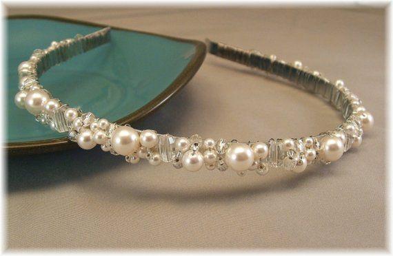 Irradia encanto y completa tu look nupcial con nuestras joya cuarzo blanco de perla, claro y tiara de cristal Anchura: 1/2 Una banda de pelo plateado flexible es envuelto a mano y forrado con un generoso surtido de perlas de Swarovski blanco redondo, barril de piedras semipreciosas cuarzo forma, plata/transparente fuego pulido cristales y granos de la semilla de cristal de plata delicado. La tiara cuenta con una generosa cantidad de gemas a lo largo de los lados así como el frente y la…