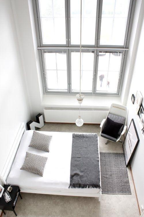 Skandinaviško stiliaus miegamasis - baltas, minimalistinis, su juodos spalvos kambario aksesuarais