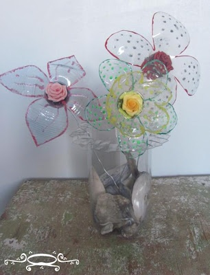 Vaas met bloemen van petflessen