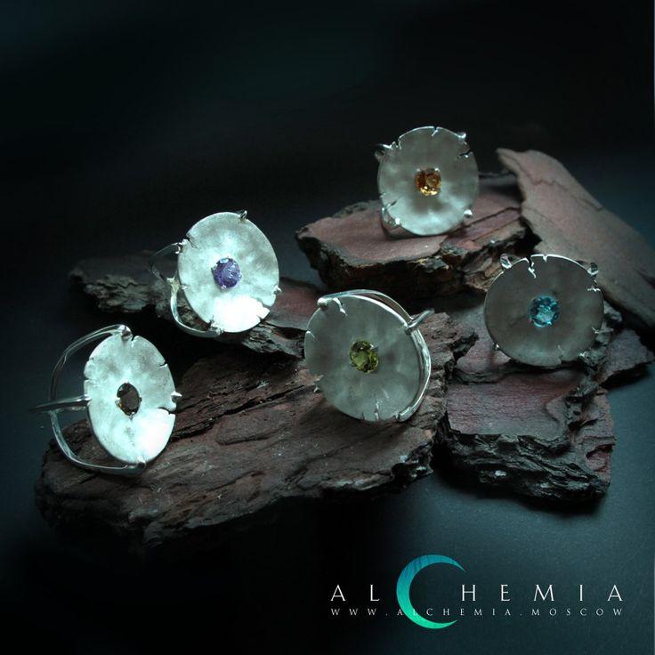 Кольца «Альбедо» из коллекции «Чаши». Выполнены из белого золота 750 пробы и матового серебра 925 пробы или из серебра 925 пробы. Возможны варианты вставок: топаз, цитрин, аметист, хризолит, гранат.