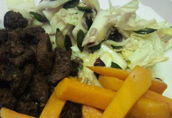 Sladké zemiaky vyvážené kyslým šalátom spolu s pivným mäsom.  RECEPT: http://ikuchar.sk/recept/hovadzie-marinovane-v-pive-bataty-hranolceky/