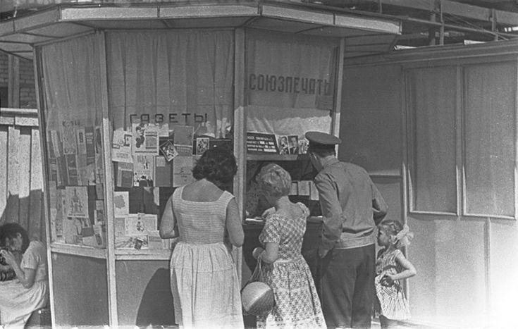 Журналы, которые в СССР зачитывались до дыр. Практически каждая советская семья выписывала какое-то периодическое издание. В некоторых учреждениях это было даже обязательно. Например, газету «Правда» заставляли покупать практически всех. Но и для своего удовольствия советские люди почитать любили. Благо, выбирать было из чего. Папе – «За рулем», маме – «Работницу», младшеньким – «Мурзилку» или «Веселые картинки». Многие до сих пор не решаются освободить свои книжные полки от старой…