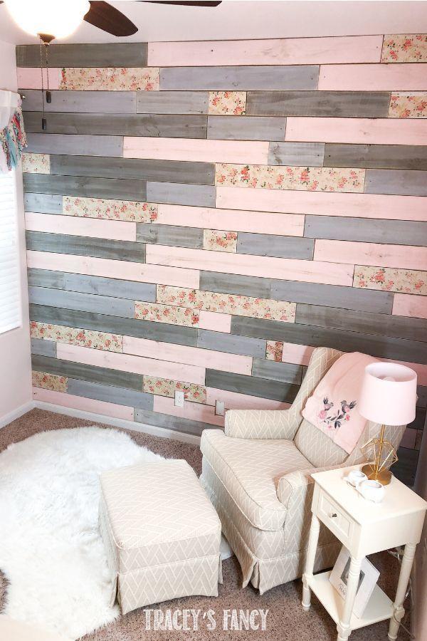 Eine metallische hölzerne Planken-Wand mit einer Blumendrehung für die Kindertagesstätte eines Babys – Home Decorating Ideas