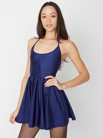 Sexy, divertido y coqueto, este vestido tiene un cuello tipo halter y falda fruncida para dar cuerpo.
