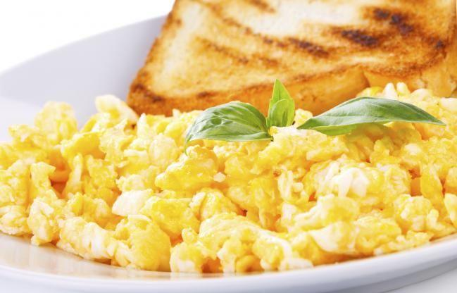 Desayunos para diabéticos - Opción 4: (total 490 calorías) Un huevo frito-1 rebanada de pan de canela tostado-1 salchicha-Para beber puedes recurrir a:Leche o yogurt descremados (bajos en grasas) Batido de frutas. Mezla una taza de leche o yogurt bajos en grasas con media taza de frutas (como plátanos, fresas o arándanos) añade una cucharada de germen de trigo, una cucharadita de frutos frescos y hielo. Bate en una licuadora y ¡listo!