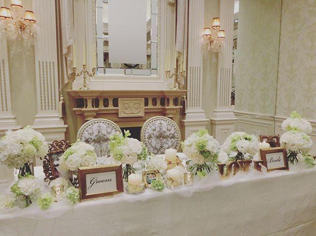 weddingreport 3  お色直しのヘアメイクレポに行く前に高砂レポ♡  私たちの高砂はこちら♡ 花はホワイトとグリーンに限定して、丸い花瓶にいくつかに分けてもらいました! LOVEとgroom brideは持ち込みで! どちらも後ほどレポしますが、受付やウェルカムスペースで使ったものを移動してもらいました♡ その他キャンドルやフォトスタンドや下に敷いたチュールは式場のをお借りしました! 本当はこの披露宴会場に元々付いてる高砂はピンクのもこもこの高砂でしたが、ピンクのもこもこはテーブルクロスで隠してもらって、スッキリさせました♡ 結果大満足!  細かい指示書などは作りませんでしたが、私のどタイプな高砂にしてもらってうれしかったー✨ #yunweddingreport  #結婚式 #披露宴 #高砂 #メインテーブル #高砂席 #卒花 #会場装花 #装花 #ちーむ0528