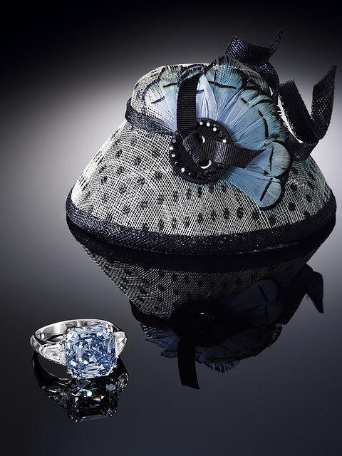 """Фантазийный ярко-голубой бриллиант изумрудной огранки был продан с аукциона """"Сотбис"""" в Гонконге в 2012 году за 12,8 млн. долларов. Редчайший драгоценный камень в 8,01 карата оправлен в платиновое кольцо и обрамлен двумя бесцветными бриллиантами."""