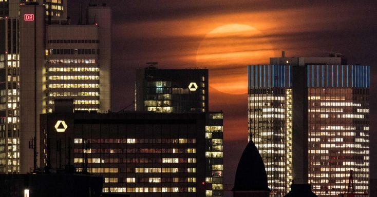 A superlua entre nuvens no céu de Frankfurt, Alemanha.
