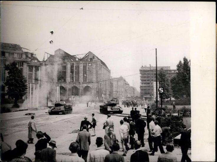 """Berlin-Mitte, 17. Juni 1953, Volksaufstand am Leipziger Platz. Das Gebäude hinten links müsste das alte Wertheim-Haus sein, wo heute die """"Mall of Berlin"""" entstanden ist."""