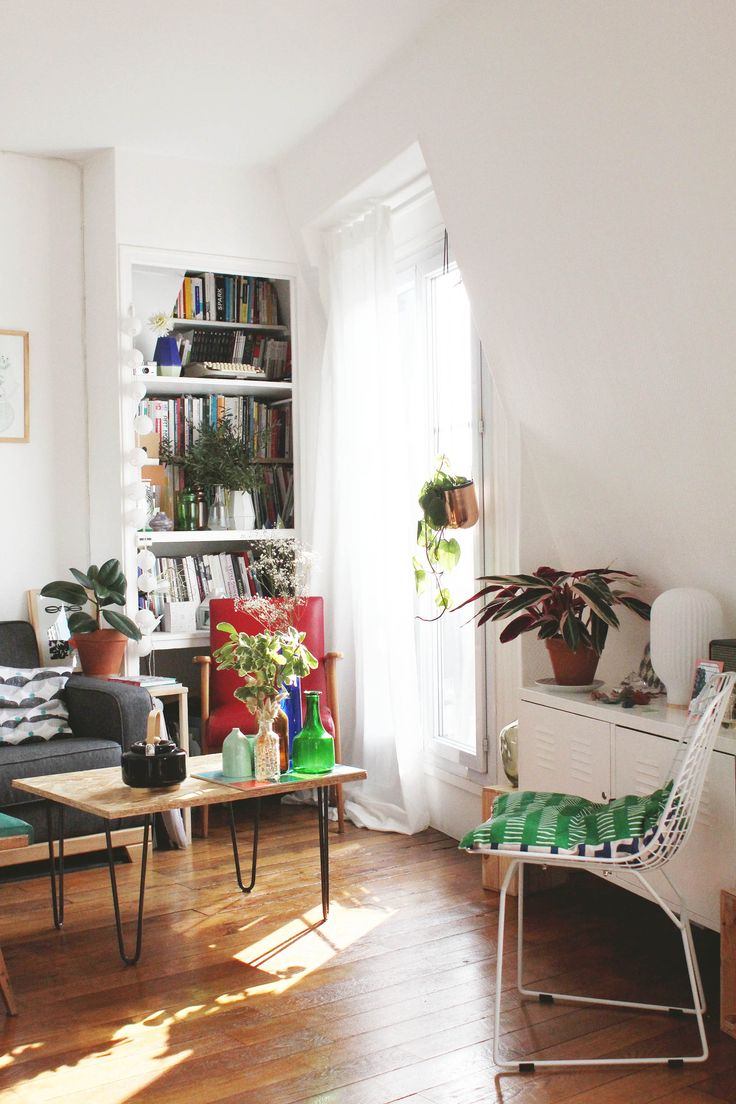 Je trouve le fauteuil rouge un peu en trop, mais la décoration est très moderne, ça contraste bien le vintage du parquet. ♥
