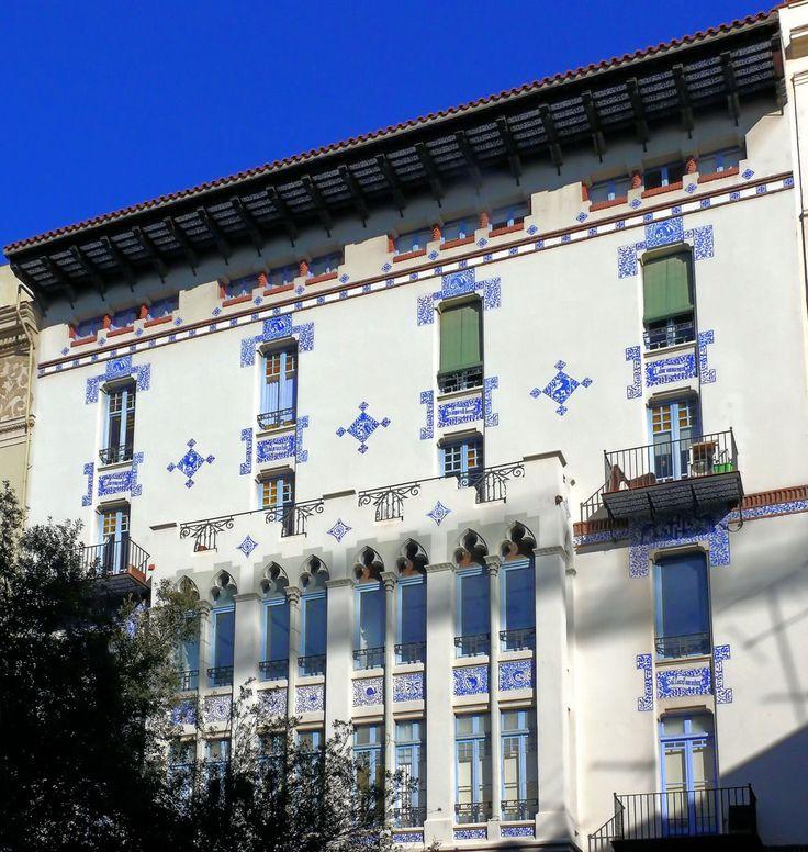 Яркие синие керамические вставки на светлом фасаде