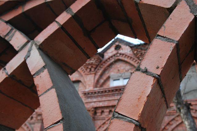 Фрагмент арки кирпичного забора. Кирпичный забор с арками. Архитектор Антон Булатецкий