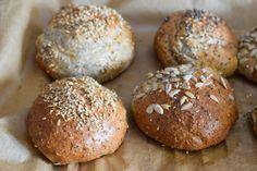 Low Carb Brötchen - perfekt als Abendbrot, zum Mitnehmen oder zum Mittagessen. Innen weich, außen schön braun! Super lecker! #LowCarbBrötchen (Paleo Vegan Muffins)