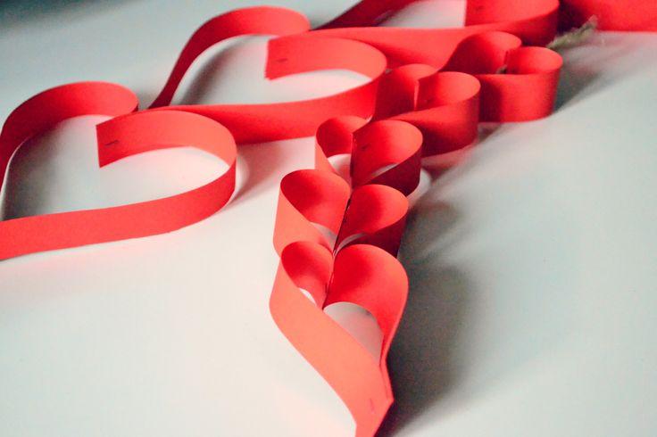 Ghirlande rosso amore da realizzare in pochi minuti con forbici e carta. www.chiacchiereamerenda.it
