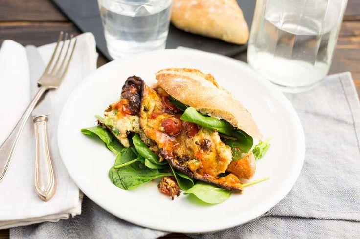 Recept voor oosterse omelet voor 4 personen. Met zout, olijfolie, peper, ei, broodje, spinazie, tomaat, bosui, koriander, melk, chilisaus en chilipoeder