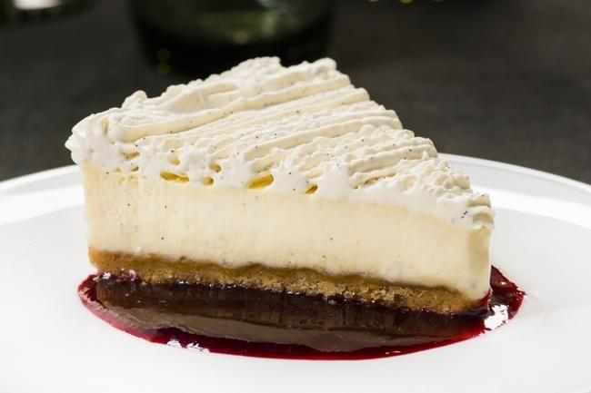 Statholderens ostekake med vaniljelokk og bærsaus. Oppskrift av mesterkokk Bent Stiansen.