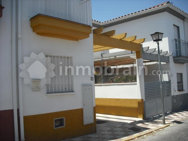 Villanueva del Ariscal. Adosado de tres dormitorios, uno en planta baja, aseo, terraza cubierta, patio. situado en el centro
