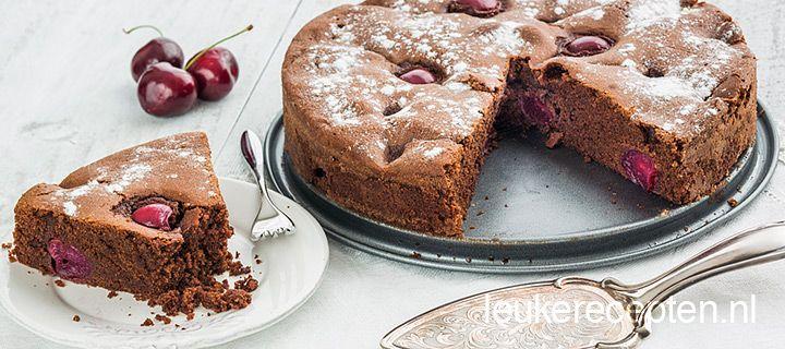 Makkelijk te maken recept voor een zachte chocolade cake met hele kersen