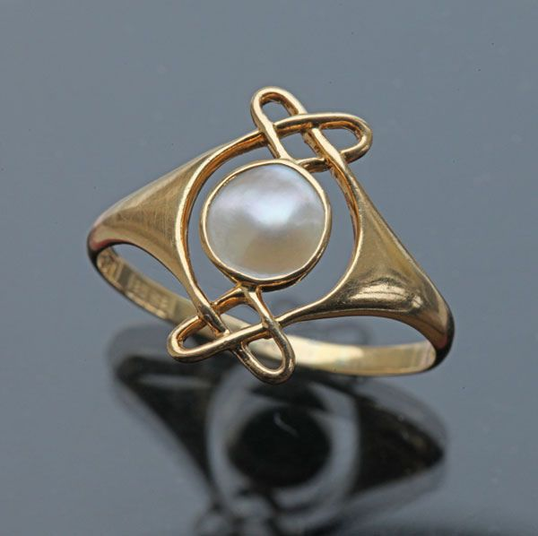 ARCHIBALD KNOX 1864-1933  Attrib.  Murrle Bennett & Co Ring   Gold Pearl  H: 1.5 cm (0.59 in)   Marks: M.B.C. & 18ct  British, c.1900  (Ref: 7704) | JV