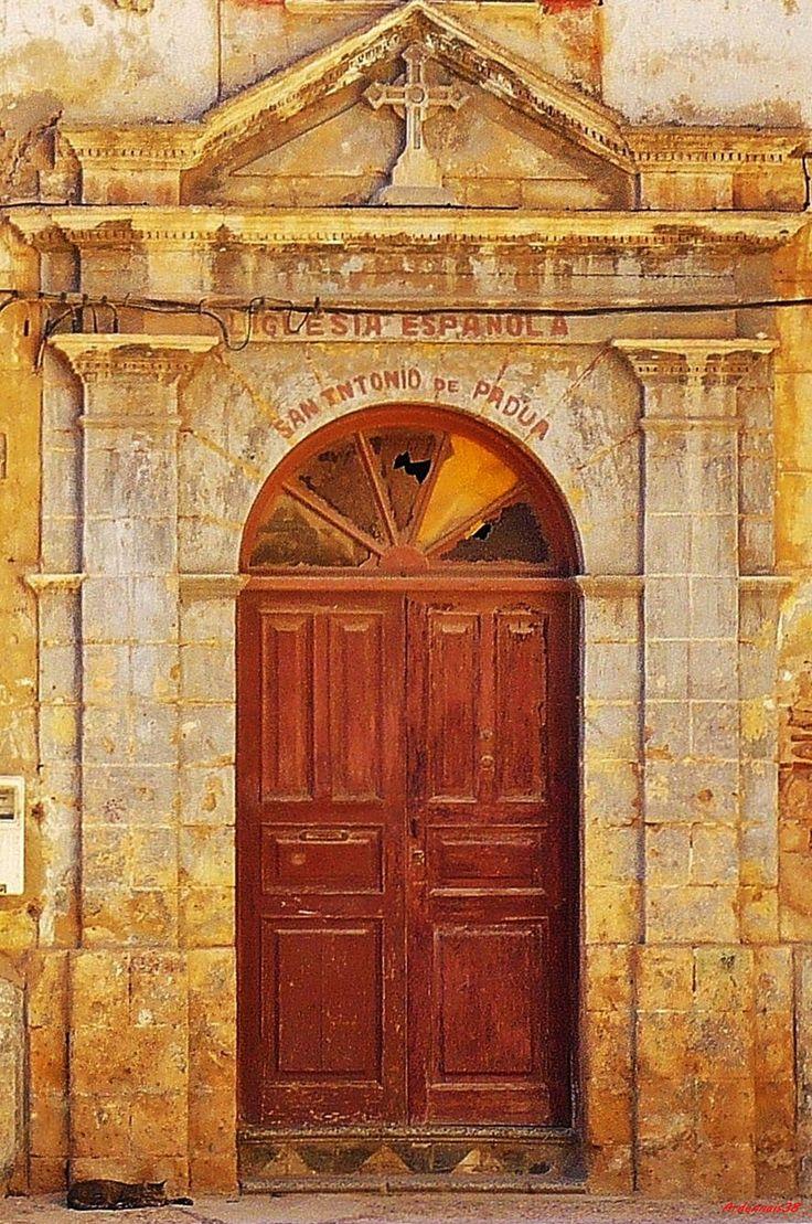 Porte de l 39 glise de l 39 assomption dans la cit e portugaise for L encadrure de la porte