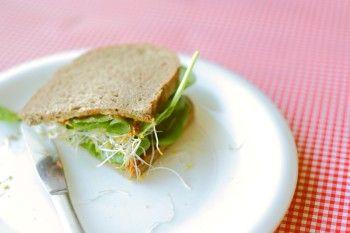 Broodje tomatentapenade met spinazie en alfalfa