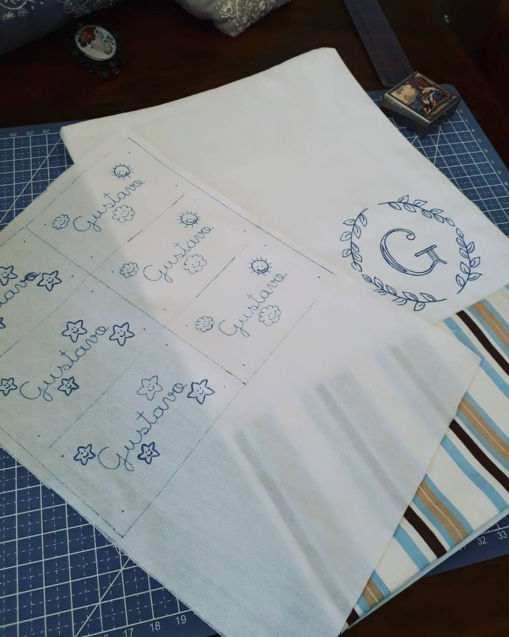 """12 curtidas, 1 comentários - Um Pontinho (@umpontinhobordados) no Instagram: """"Capricho no risco! 🙌🙌🙌 #umpontinho #feitoamao #handmade #baby #enxovaldebebe #bordado #embroidery…"""""""