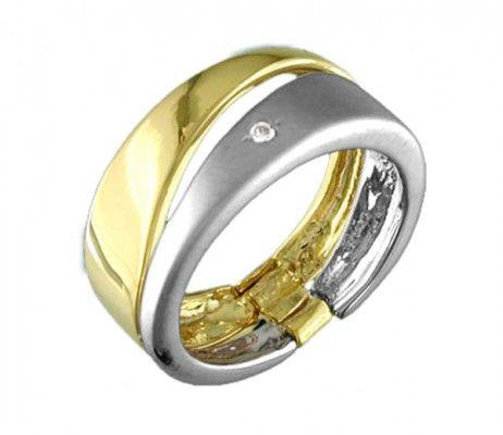 Inel format din 2 inele legate, placat cu aur 18 karate. Este accesorizat cu cristal de Zirconiu alb, iar combinatia de aur galben si aur alb, ii ofera un plus de eleganta.