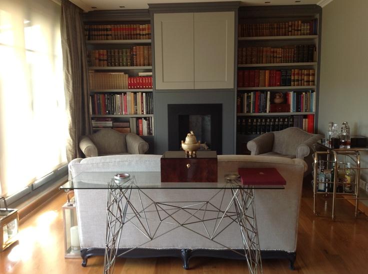 Detalle de sofa central frente a la chimenea con consola a su espalda ....
