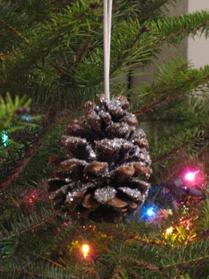 Share Tweet Pin Mail Our favorite ornaments to make are glittery pinecones! They are fun and super easy! All you need are pinecones, glue, ...
