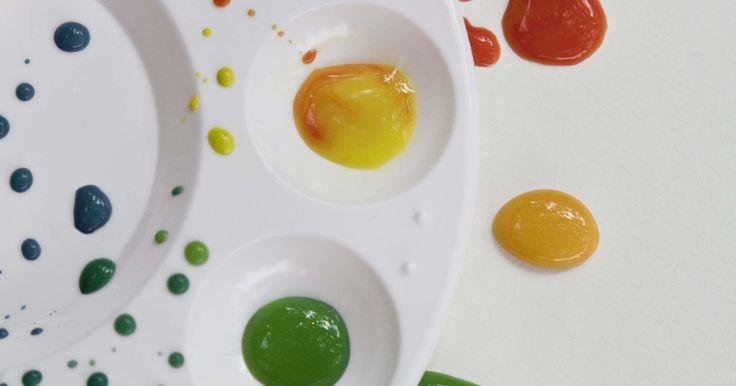 Como obter a roda de cores com tinta acrílica. Graças à magia dos princípios da roda de cores, um artista ou um entusiasta do artesanato pode, teoricamente, combinar quaisquer duas cores primárias (vermelho, azul ou amarelo) para criar as cores secundárias do arco-íris (laranja, verde e roxo) e todas as tonalidades entre elas. Mas misturar cores com tinta nem sempre produz um resultado ...