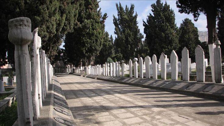 Anadolu'nun önemli tarihi kentlerinden Trabzon'daki tescilli mezar kitabeleri dikkati çekiyor. Sülüklü Şehir Mezarlığı'nda sergilenen kitabelerde, dönemin ünlü şairlerinin, ölümü ve ayrılığı anlatan metinleri yer alıyor.