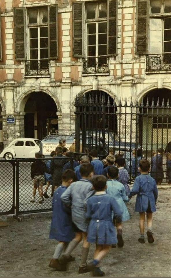 Des écoliers bien sages sur la place des Vosges, vers 1957... Une photo de ©…