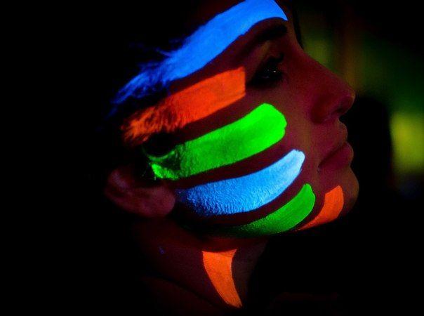 Светящаяся боди-арт краска для яркого незабываемого макияжа. Безопасная краска сделана на основе люминофорных пигментов, которые являются абсолютно безвредны для кожи человека. Вы можете наносить светящуюся краску с  помощью кисти, тампона, разрисовывать все тело, наносить светящиеся в темноте рисунки, которые подсвечивают себя сами в темноте. Светящаяся краска прекрасная возможность провести креативное шоу в полной темноте.