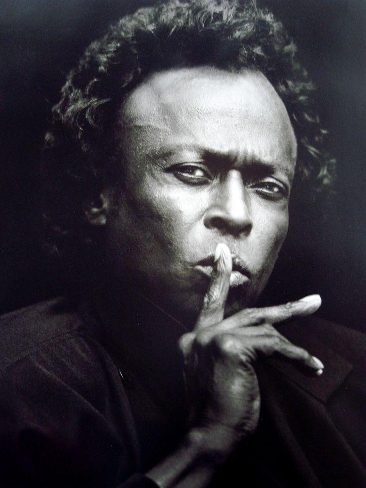 Biographie, bibliographie, lecteurs et citations de Miles Davis. Miles Dewey Davis III est un compositeur et trompettiste de jazz américain.  Il est un des rares j..