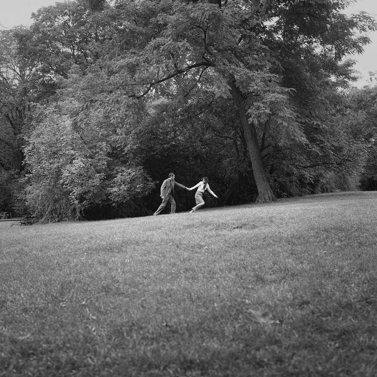 BLOW-UP Un hommage  En 1966, Michelangelo Antonioni réalisait « Blow-Up », film mythique nous interrogeant sur le pouvoir de l'image, sur la réalité et ses faux-semblants et sur l'acte photographique en tant que piège illusoire du visible. L'intrigue du film repose sur une scène clef où le héros, un photographe, assiste à son insu …