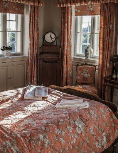 Oreby Mølle - Det smukke værelse i gavlen med udsigt til både vand & slot