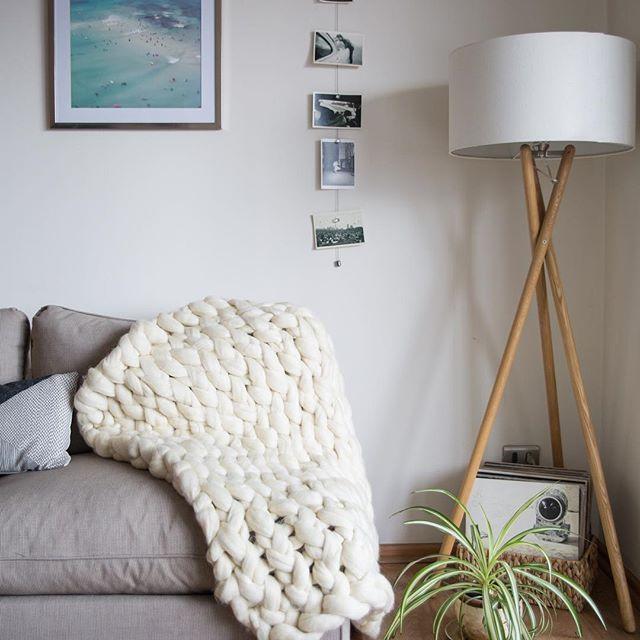 La Nube Baby se ve bacana en un sillón ☁️✨... No olviden que todas mis mantas son de lana 100% merino!